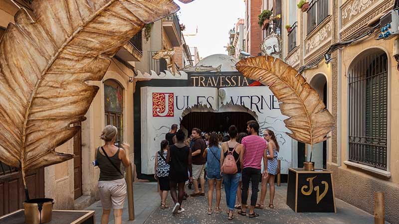 Empezamos por Travessera de Sant Antoni homenajeando a Verne