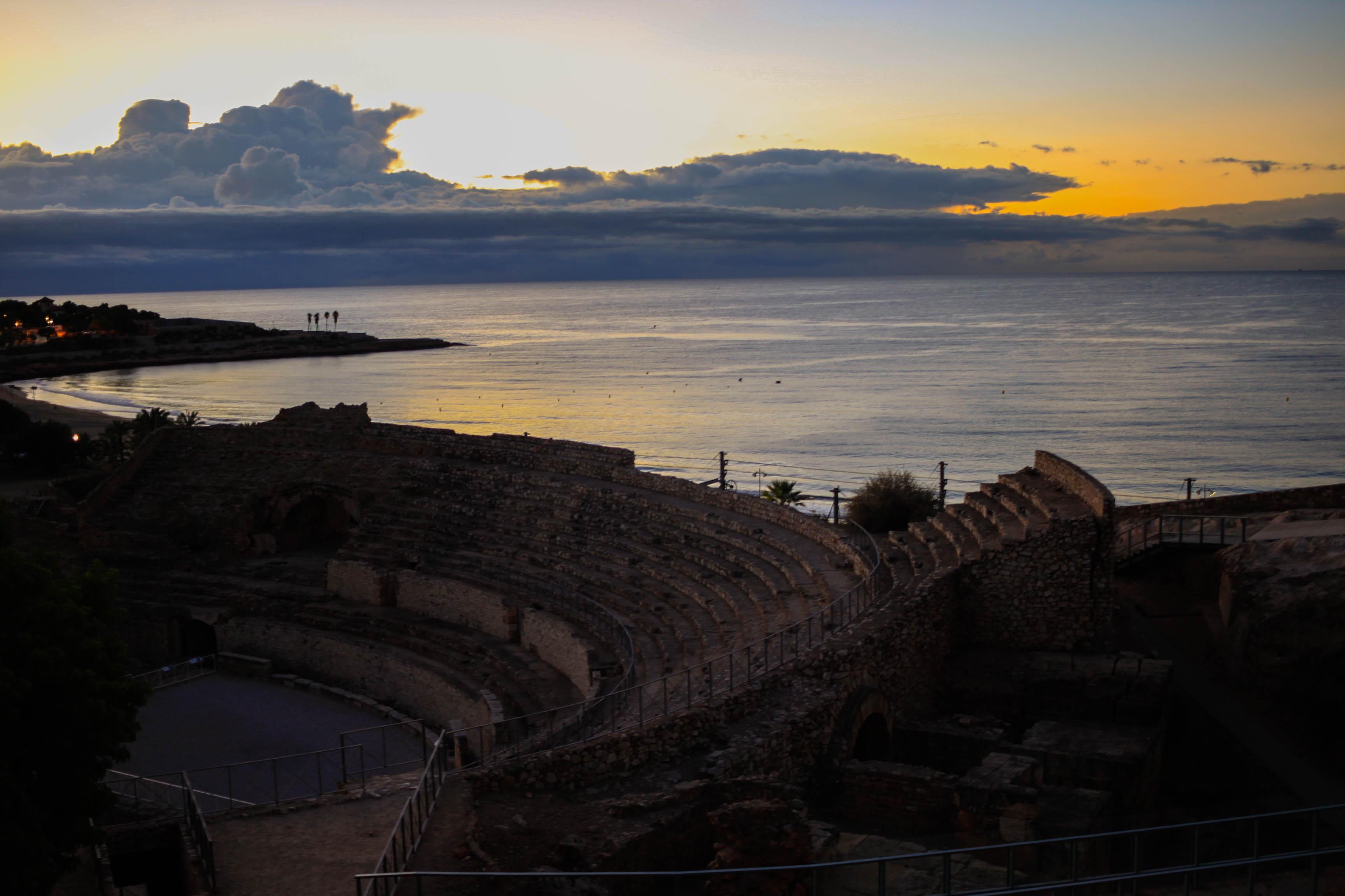 Vistas de Tarragona y su anfiteatro al amanecer
