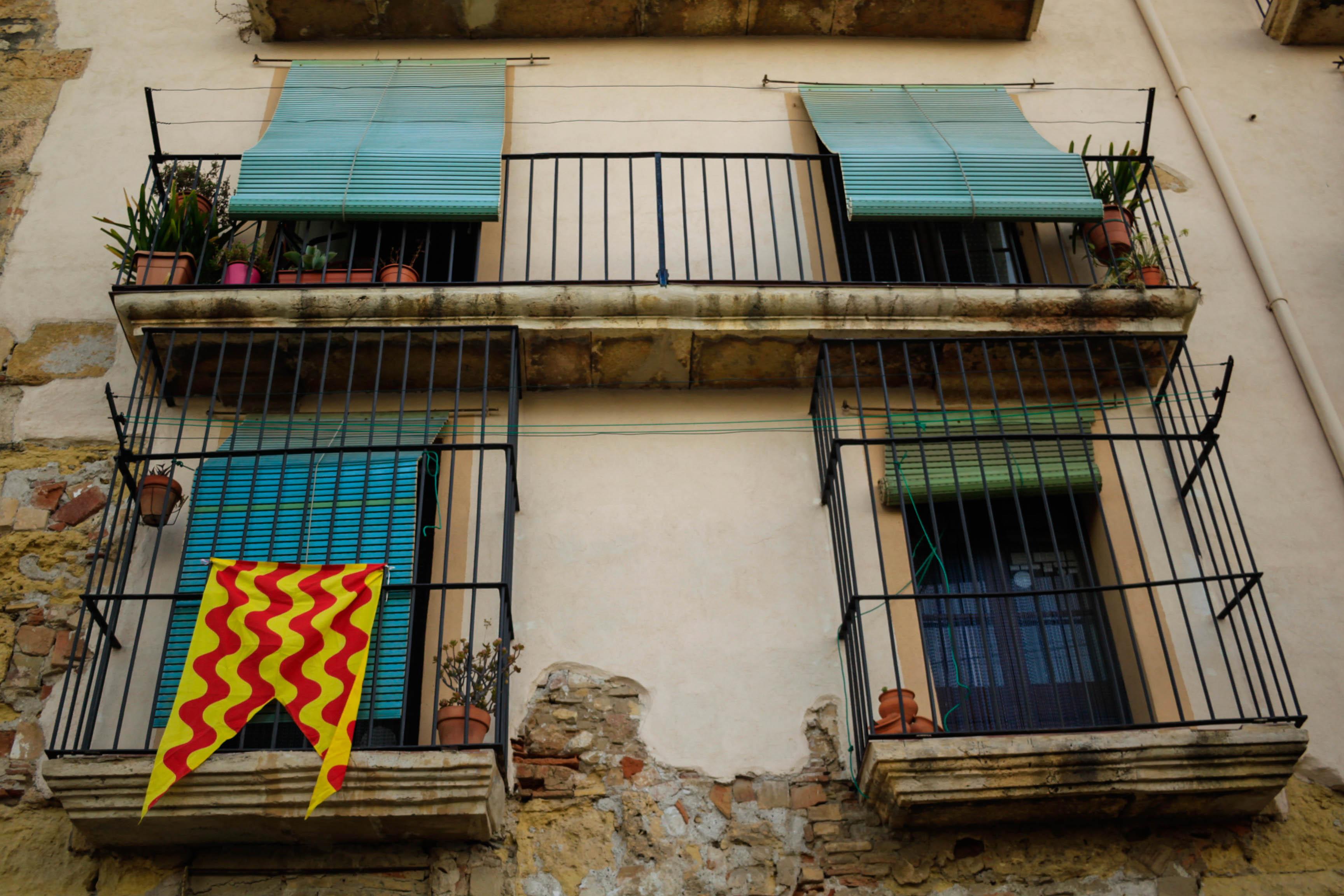 Detalle de fachadas y bandera de Tarragona