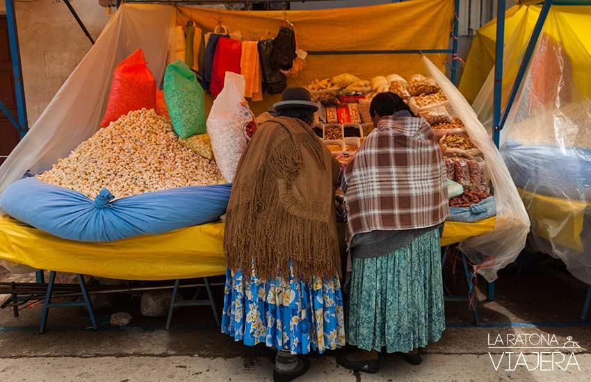 De compras gastronómicas por el mercado en Copacabana